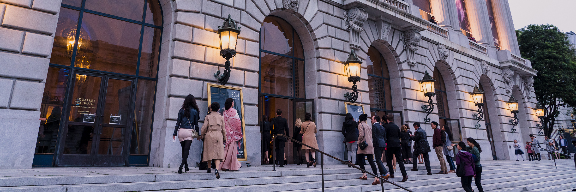 Patrons attending a performance of the San Francisco Ballet. (© Brandon Patoc)