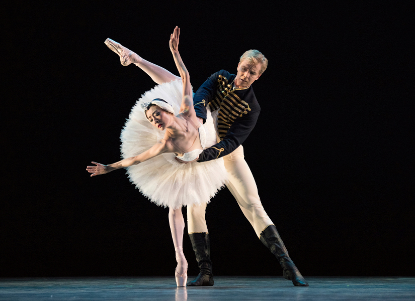 Yuan Yuan Tan and Tiit Helimets in Tomasson's Swan Lake. (© Erik Tomasson)