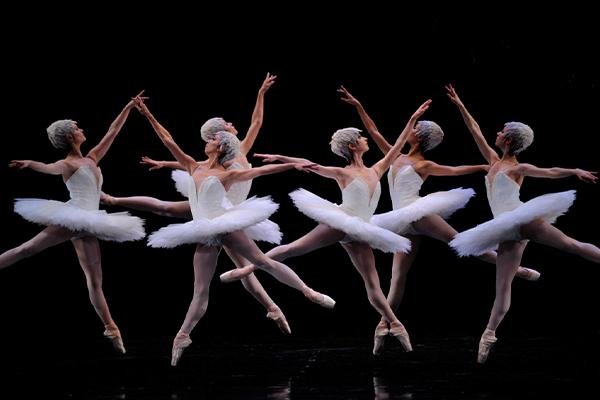 2010 Repertory - Program 1 San Francisco Ballet in Tomasson's Swan Lake. (© Erik Tomasson)